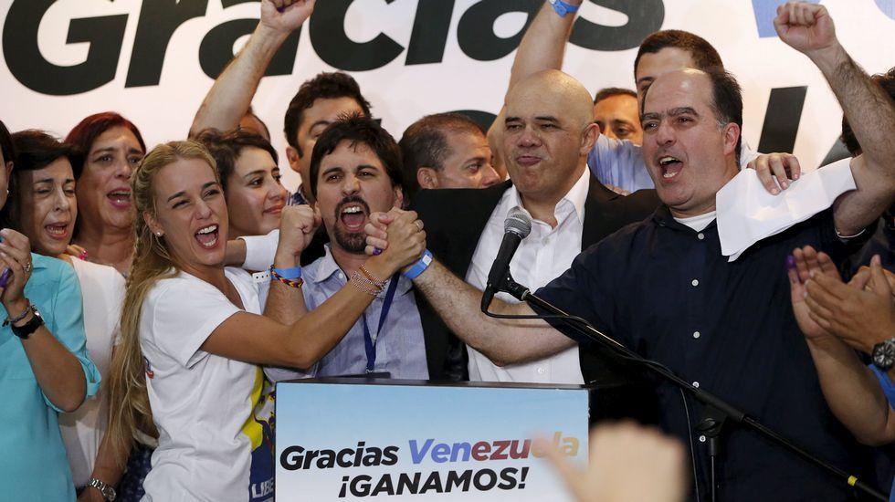 Aplastante victoria de la oposición en las elecciones de Venezuela. En la imagen, Lilian Tintori (esposa de Leopoldo López) y otros opositores celebran la victoria.