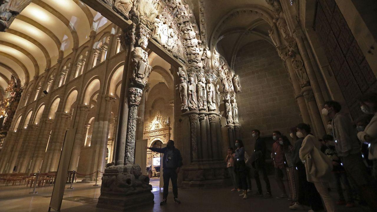 Visita nocturna a la catedral de Santiago.Consuelo Almela y dos amigas, que están peregrinando a Santiago, durante una parada en Portonovo