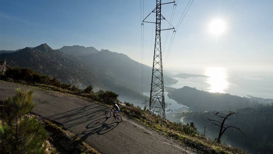 O Ézaro, a pleno rendimiento.Un ciclista sube las rampas del Mirador do Ézaro