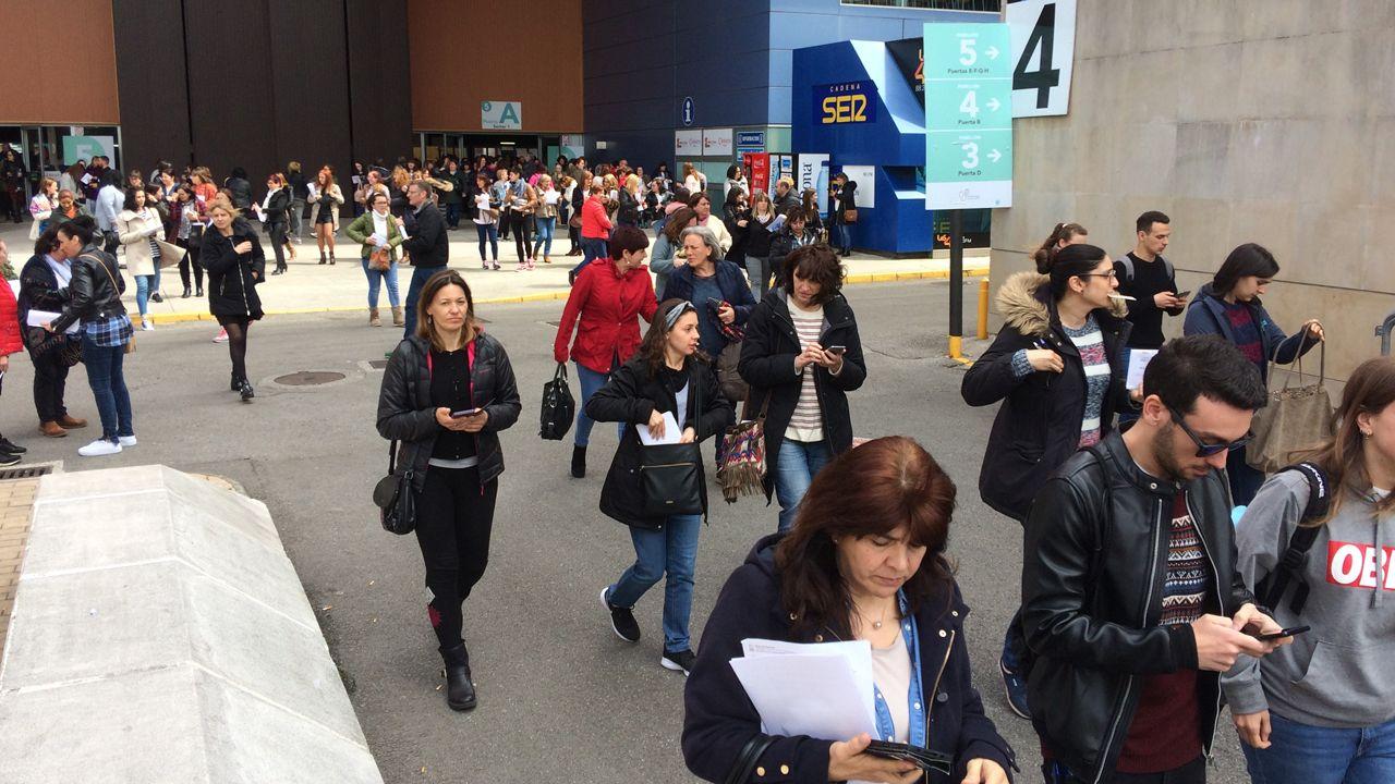 Los examinados en las oposiciones de enfermería del SESPA salen de la prueba