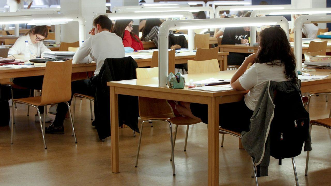 Estudiantes preparando exámenes en la biblioteca Concepción Arenal