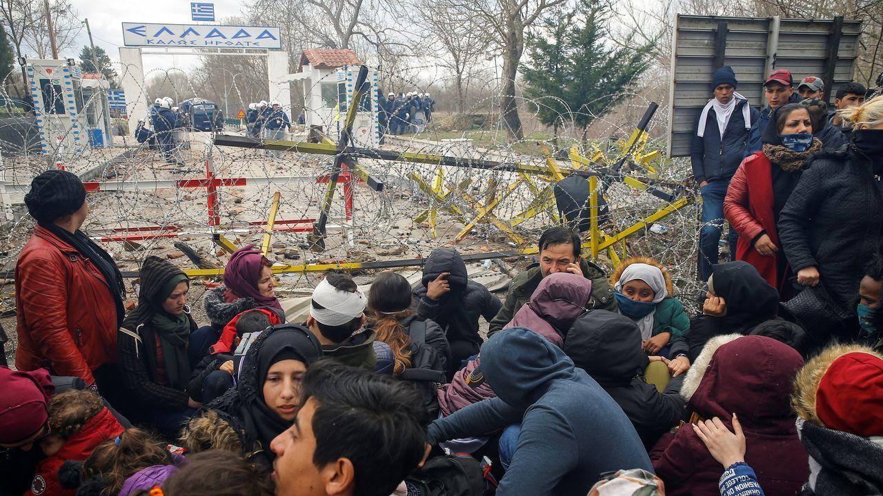 Migrantes sirios, a las puertas de la frontera de Grecia con Turquía, donde fueron dispersados con gases lacrimógenos