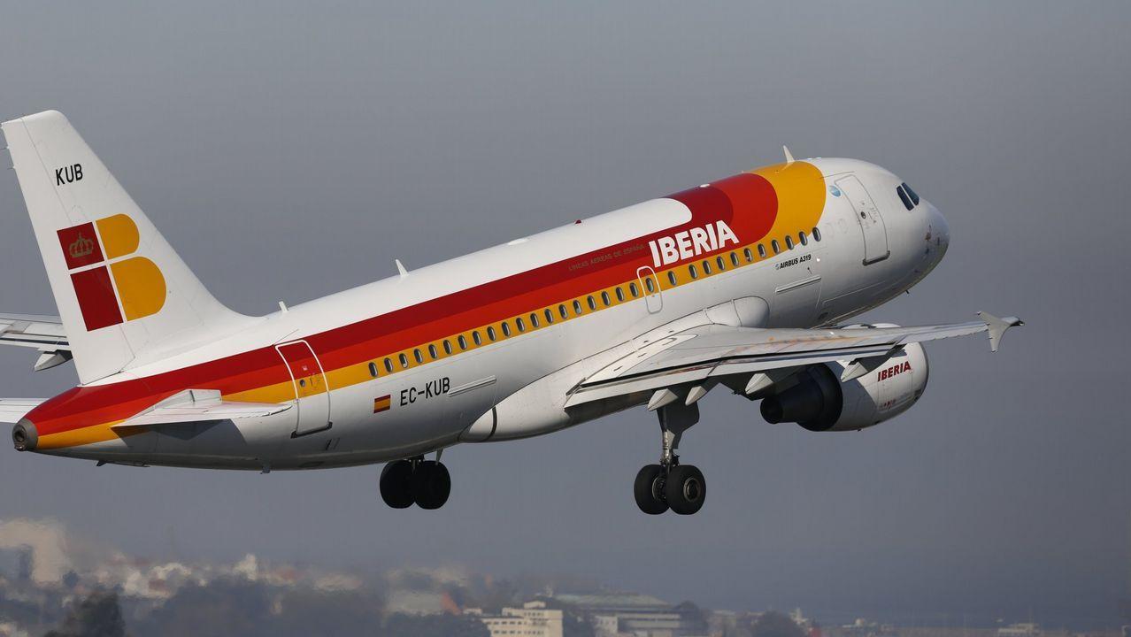 Don Disfraz tiene 125.000 productos.Avión de Iberia despegando del aeropuerto de Alvedro