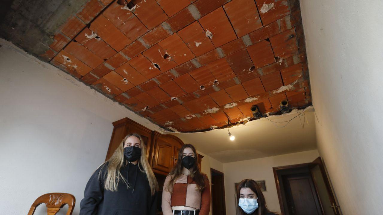 Dos universitarias se salvan «por milésimas» de que les caiga encima el techo de su piso de alquiler en Santiago