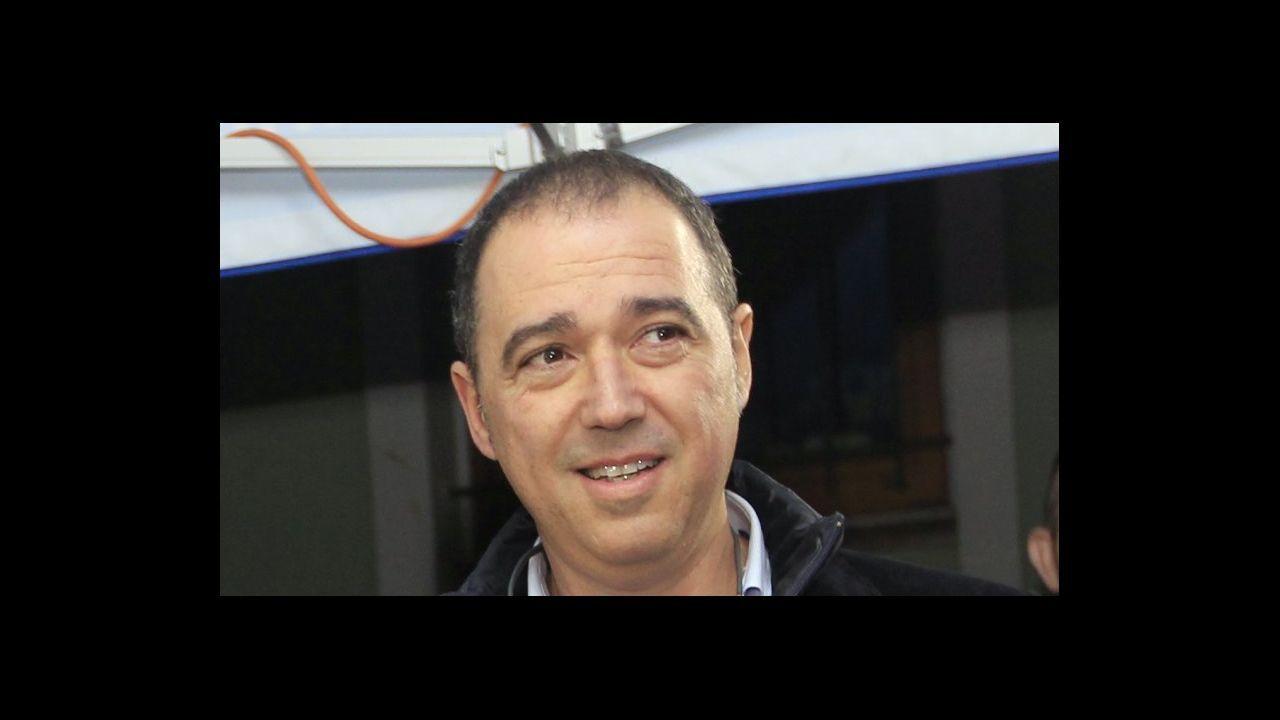 Begoña García reabrió ayer al público la papelería Carlin, en Viveiro, tras más de 40 días