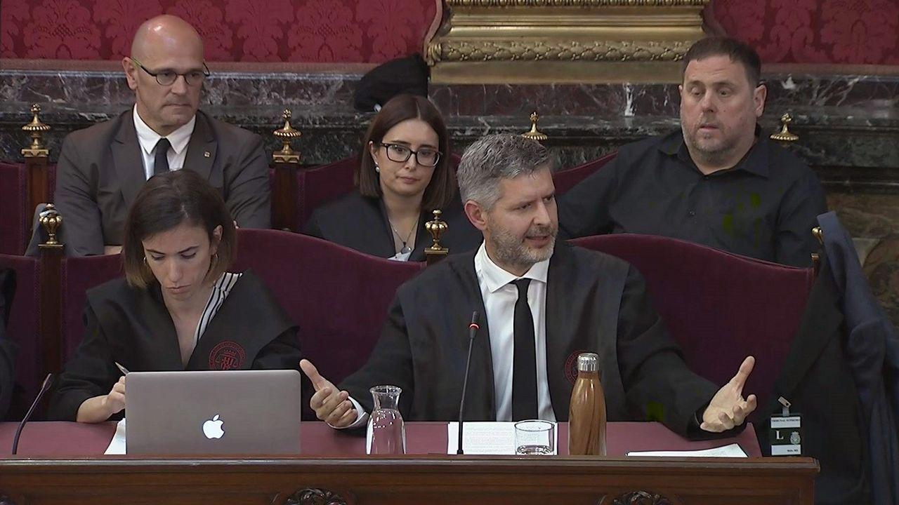 Orial Junqueras, al fondo, observa la intervención de su abogado, Andreu Van den Eynde