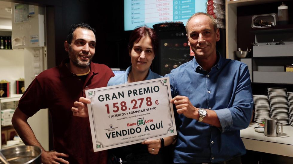 Rami gonzález y Luis Prol, propietarios del cafe bar 2.000 donde entregaron 1,9 millones de euros en bonoloto este lunes.Carlos Cores, propietario de la administración número 4