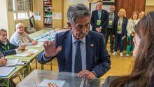 Miguel Ángel Revilla vota en Astillero, Cantabria