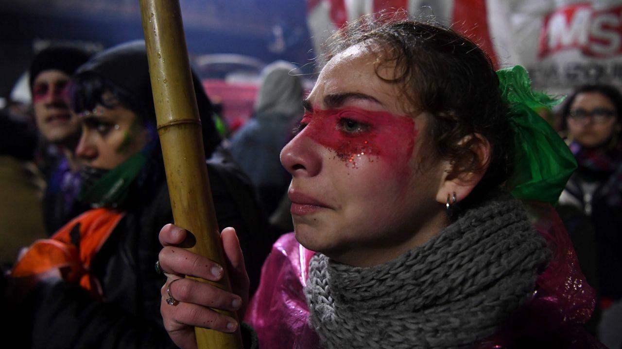 Activistas a favor del aborto legal frente al Congreso en Buenos Aires