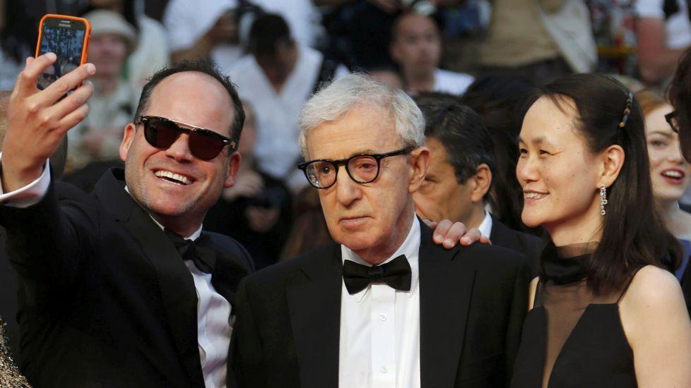 Woody Allen, resignado, haciendose en Cannes acompañado de su mujer