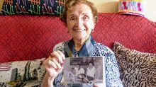Araceli Ruiz muestra una fotografía de ella y su marido en Cuba, en los sesenta, en donde trabajaron como traductores
