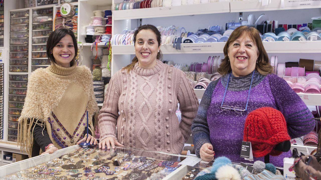 Pumarín.De izquierda a derecha: Victoria Brítez, Nuria Rodríguez y Pilar Rodríguez, de «Entre lanas, hilos y botones»