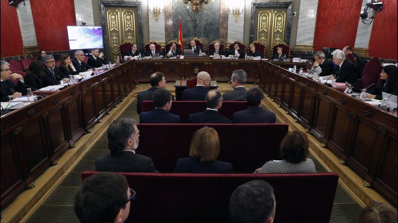El independentismo reacciona a la sentencia y Torra pide una amnistía.Agentes de los Mossos desalojan a unos manifestantes en la estación ferroviaria de Sants, en Barcelona