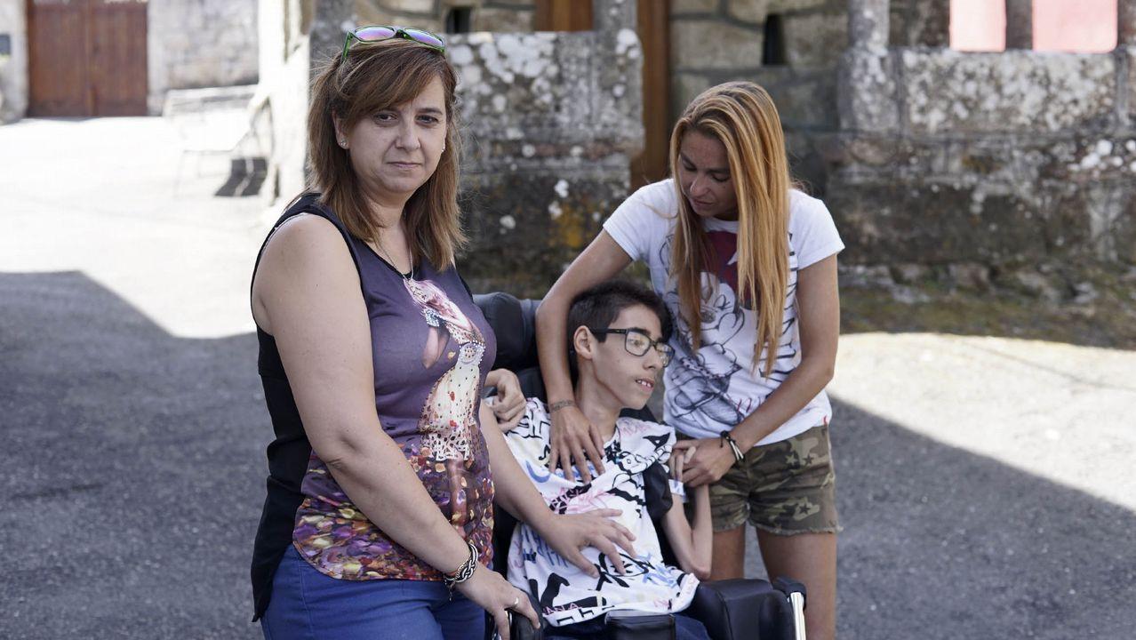 Trini Cañete con su hijo Cristian (con parálisis cerebral) y su amiga Carmen, en Cadós.