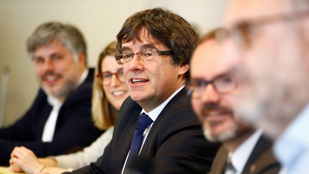La portavoz de JxCat, Elsa Artadi, y el vicepresidente del Parlamento catalán, Josep Costa, flanquean a Puigdemont en Bruselas