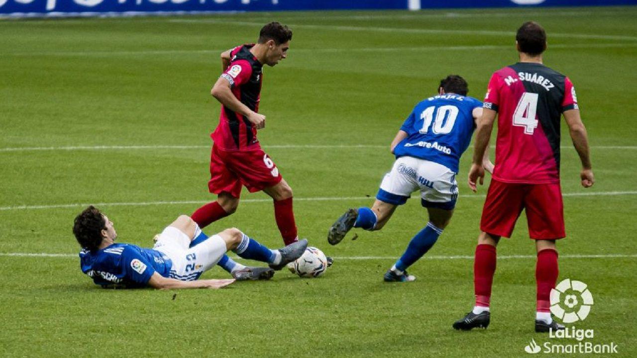 Blanco Leschuk Borja Sanchez Comesaña Mario Suarez Real Oviedo Rayo Vallecano Carlos Tartiere.Leschuk y Borja Sánchez pugnan por un balón con Comesaña