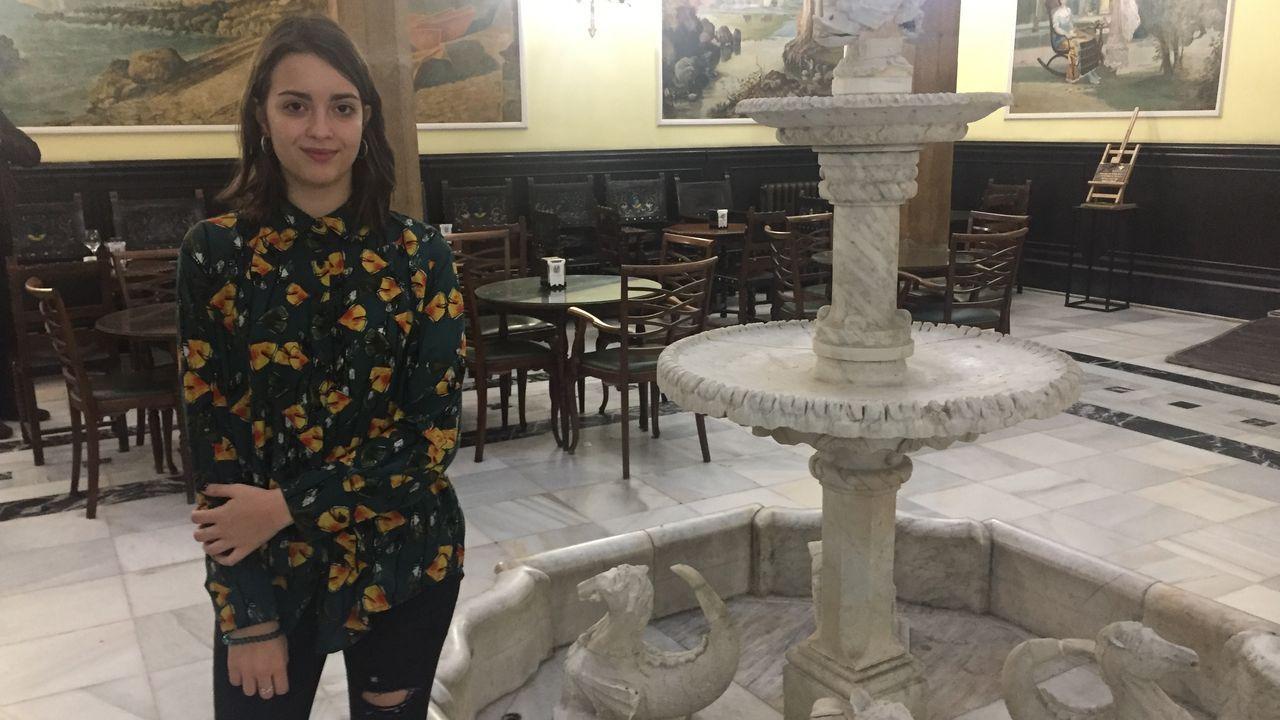 La crisis sanitaria inicia el mes de junio con desigualdades en los distintos países y territorios.Una mujer pasa por la sede del club comunitario decorada con banderas de Macedonia del Norte y de la UE en Skopje