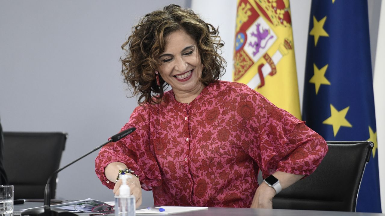 El nuevo presidente del Senado, Ander Gil, es felicitado por la vicepresidenta de la Cámara Alta, Cristina Narbona
