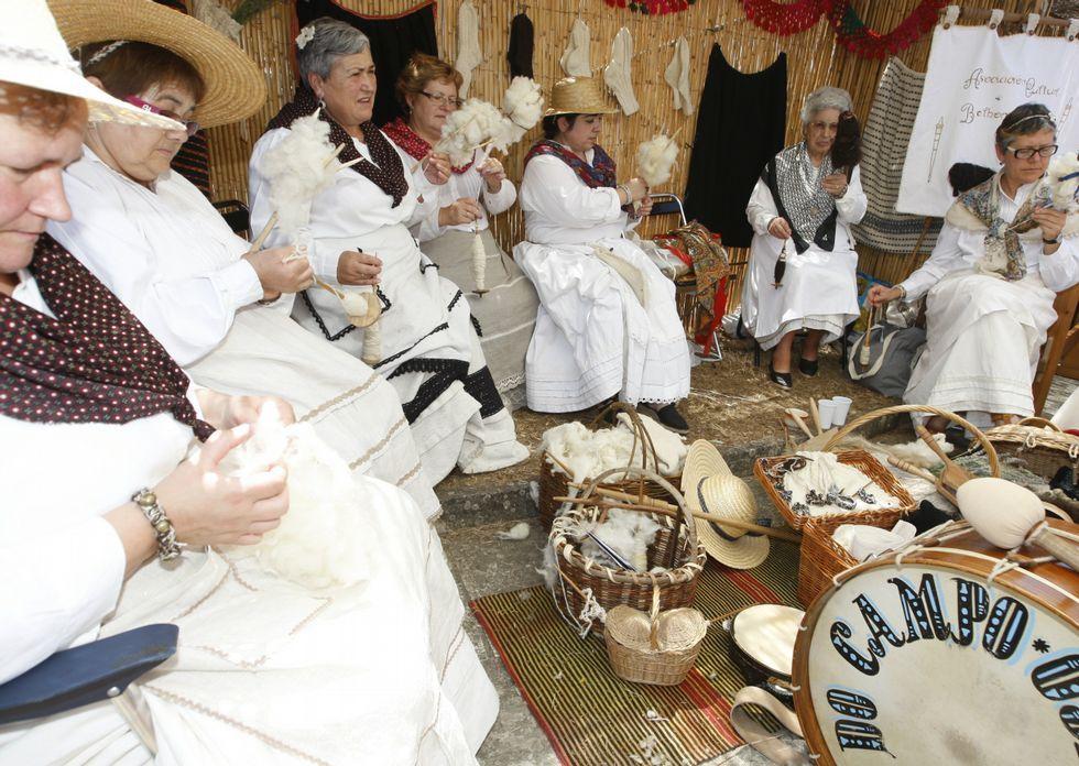 Un grupo de mujeres recrea el trabajo con lana.