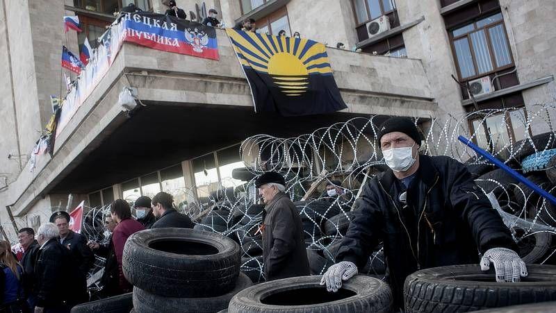 Donestk, ¿la nueva Crimea?.Activistas prorrusos permanecen tras una barricada en la sede de la Administración Regional en Donetsk.