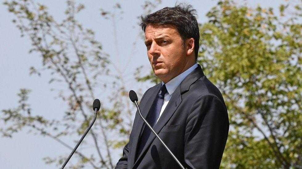 El primer ministro italiano, Giuseppe Conte, flanqueado por sus vicepresidentes Luigi Di Maio y Matteo Salvini