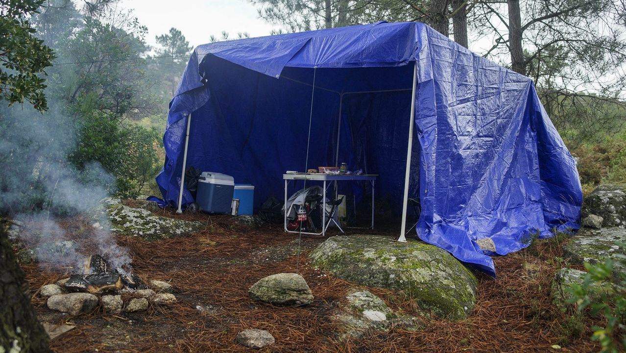 MAGOSTOS 2019.Magostos en Montealegre: algunos de los asistentes montaron pequeños campamentos bajo lonas para guarecerse de la lluvia