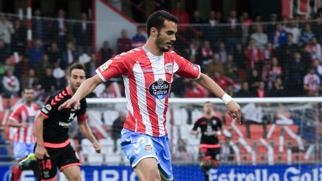 Carlos Hernández despeja un balón en el Real Oviedo-Cádiz de esta temporada
