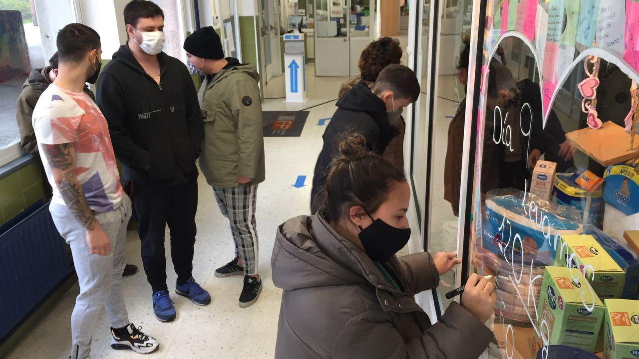 Alumnos del Rodolfo Ucha preparando un escaparate con productos para el Banco de Alimentos
