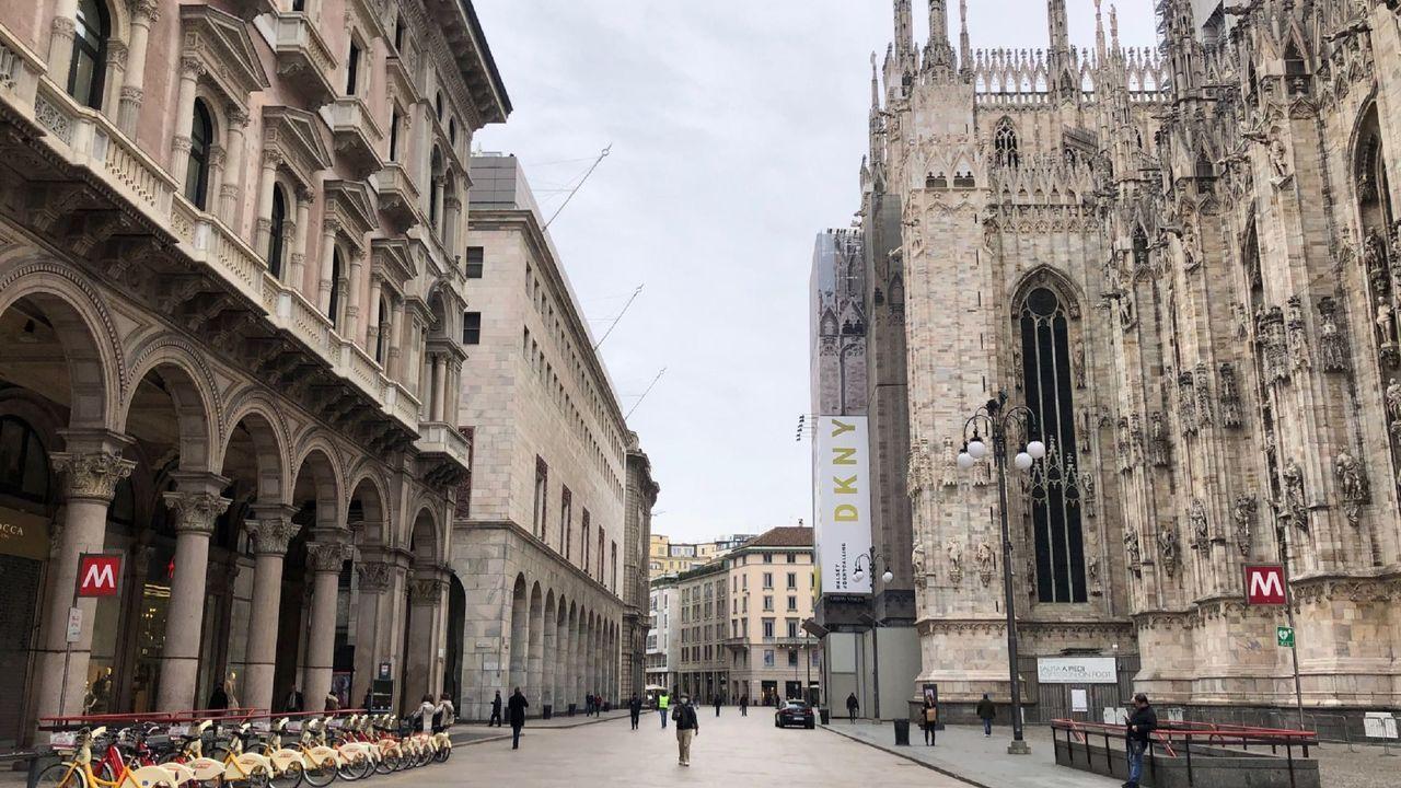 Así está estos días la Piazza del Duomo de Milán,capital de la zona más afectada de italia.
