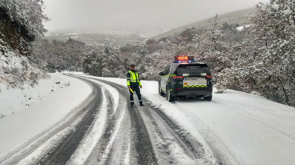 La nieve dificulta el tráfico en las carreteras de Valdeorras hacia Trevinca