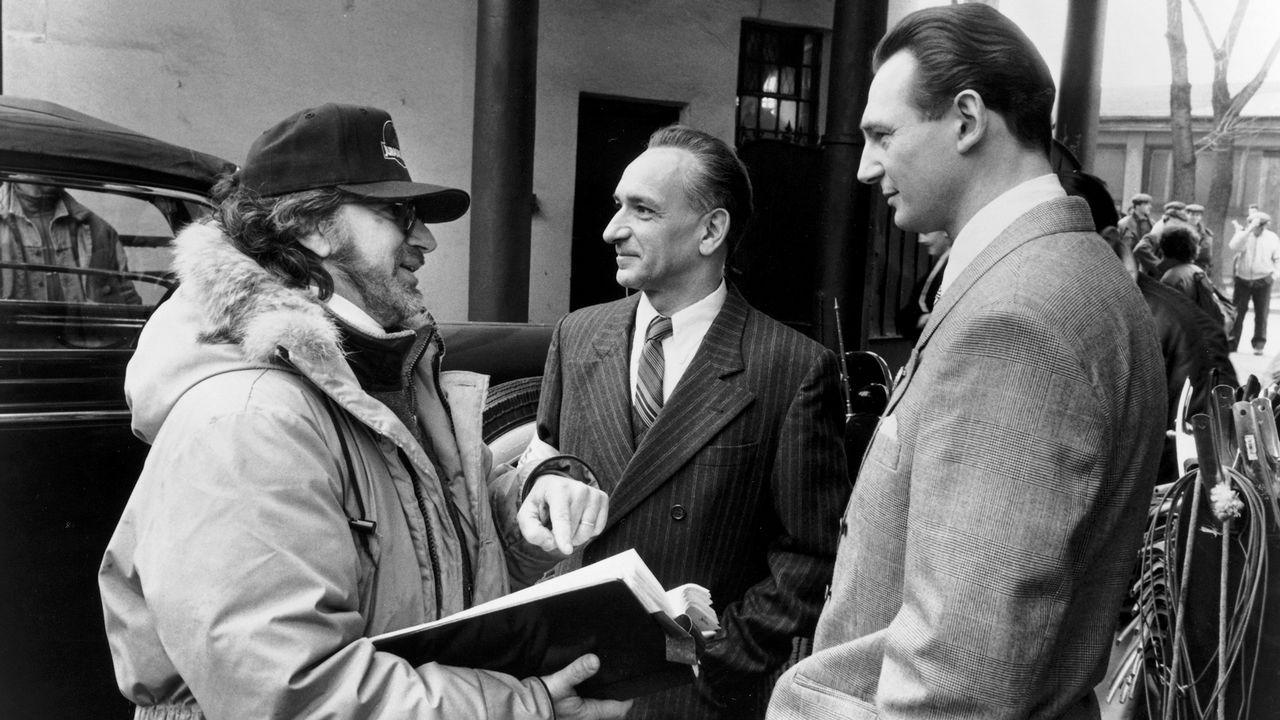 Steven Spielberg, charlando durante el rodaje con los actores Ben Kingsley y Liam Neeson, que protagonizaron la película