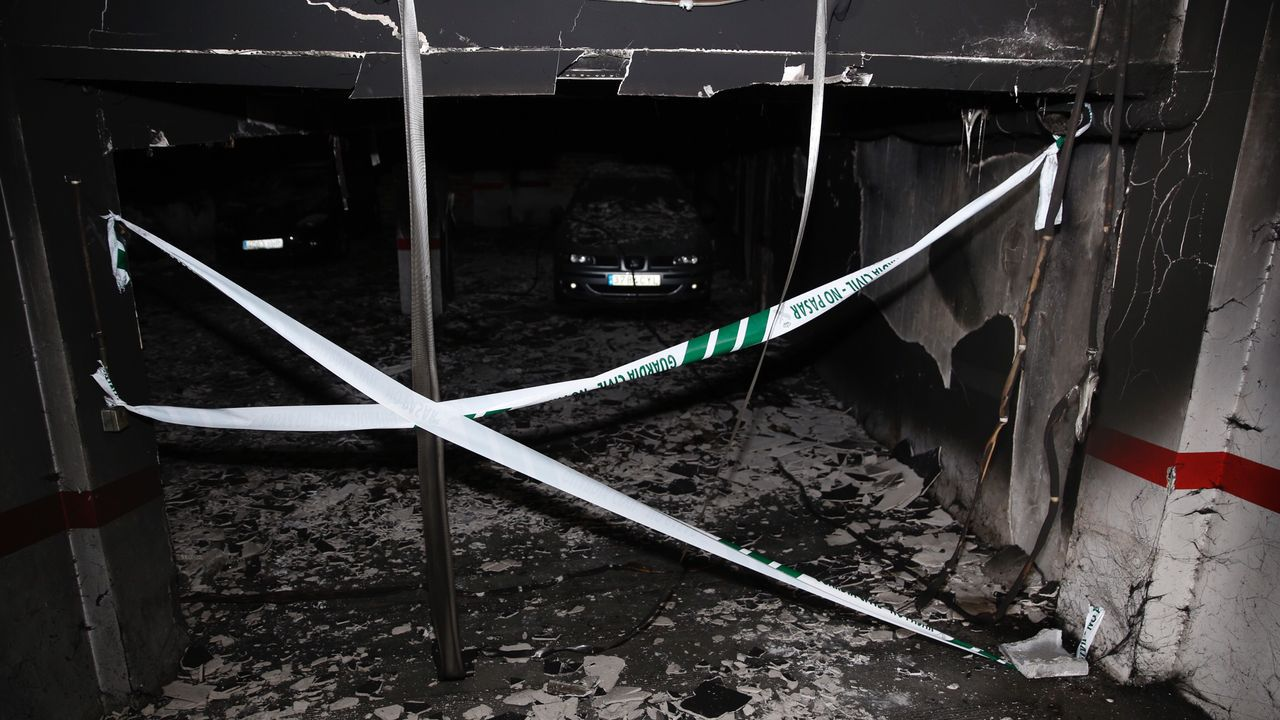Daños provocados por el incendio en la rúa do Pan.Imagen de archivo de las labores de extinción de un turismo en la comarca de A Coruña