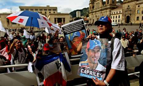 Chavistas y antichavistas se manifiestan en Bogotá en contra y a favor de la visita de Capriles.