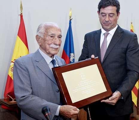Severino Rivas, izquierda, recibiendo emocionado la placa de honor de la provincia.