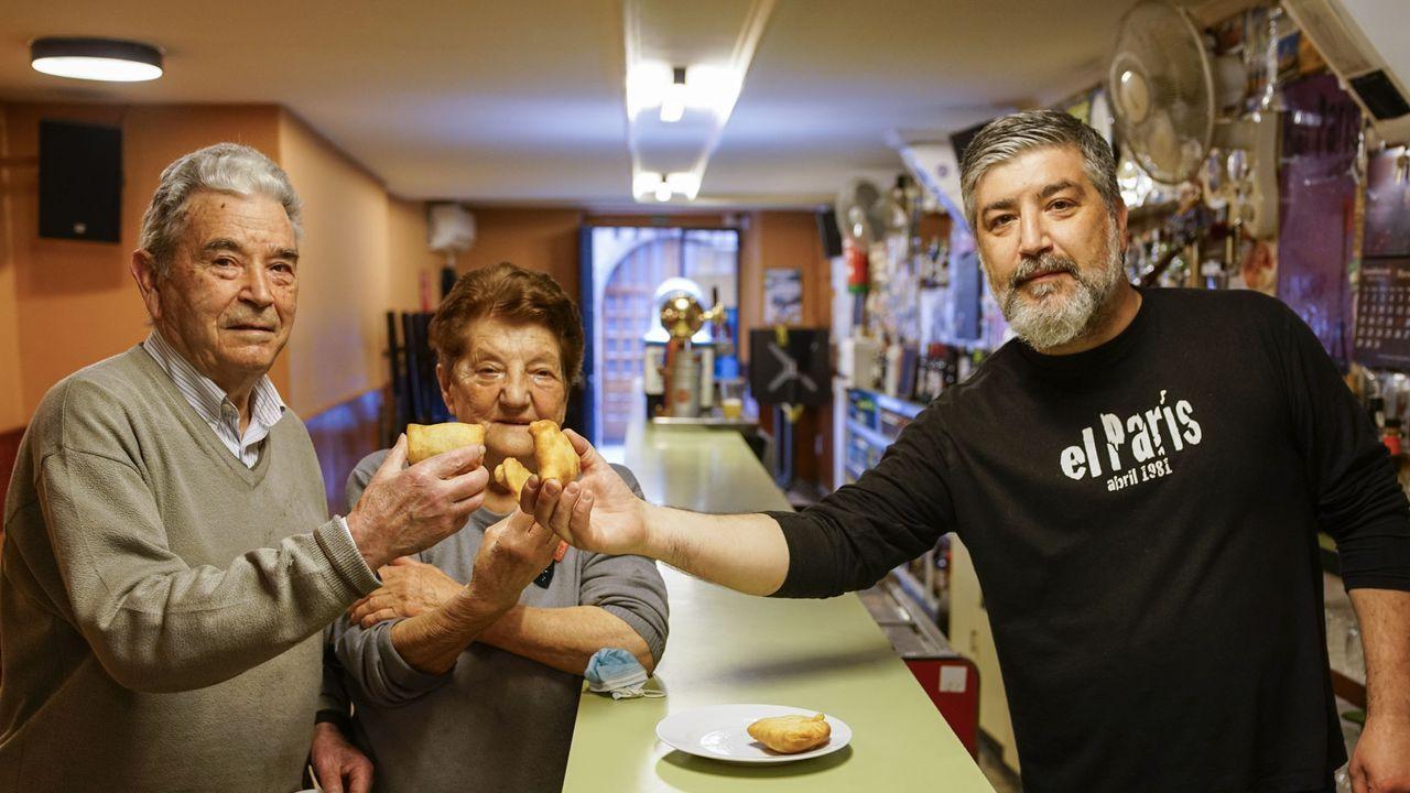 Así celebró Ourense el Día del Libro.Aurora López ha diseñado el cartel del FIC de Verín