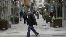 Un hombre pasea con mascarilla por Ribeira en el primer dia de la fase 1