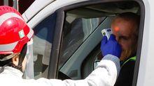 Un conductor se somete a un control de temperatura a la entrada de las instalaciones siderúrgicas de ArcelorMittal