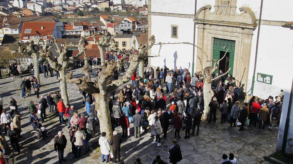 El público, a la salida de la misa en el atrio de la iglesia de A Régoa
