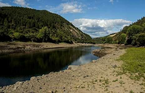 La bajada de las aguas altera el paisaje del Sil.