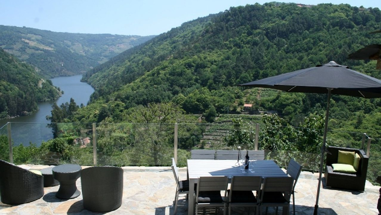 Una terraza de la casa de turismo rural Cabo do Mundo, en Chantada, que reiniciará su actividad este mes