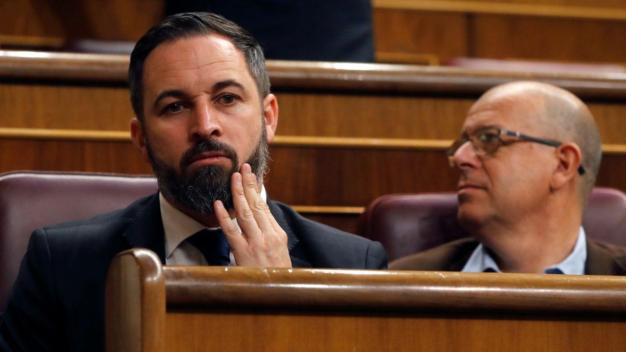 El líder de VOX, Santiago Abascal, sentado en uno de los escaños del Congreso