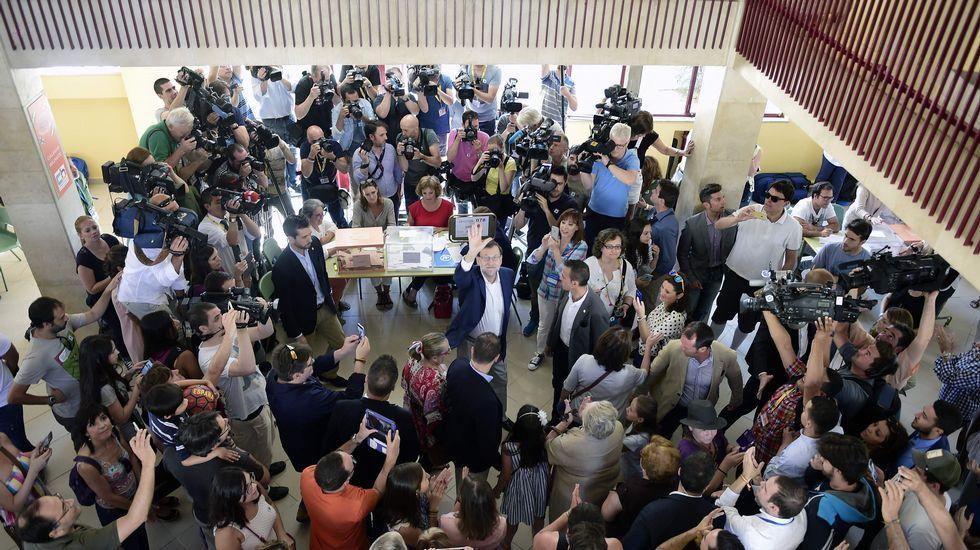 Rajoy saluda tras depositar su voto en la urna