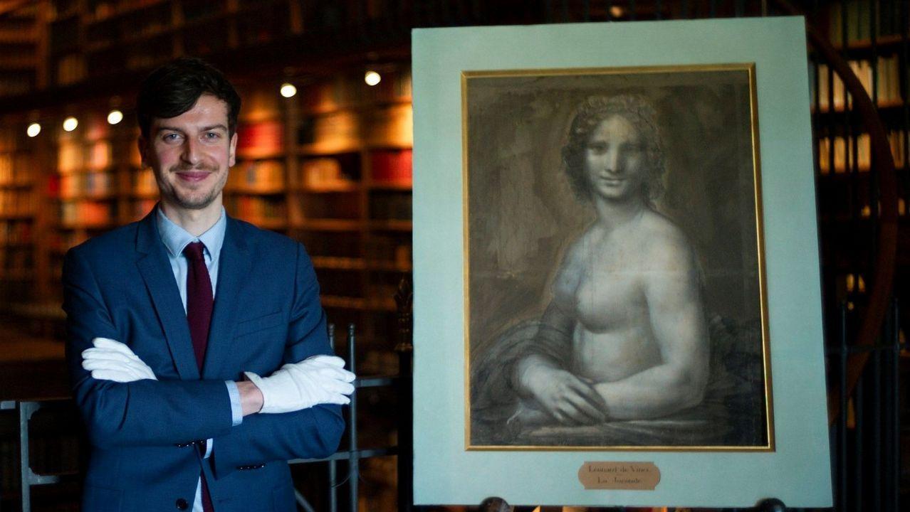 Atribución de autoría compartida. Mathieu Deldicque, conservador del museo Condé, posa en el palacio de Chantilly con «La Gioconda desnuda», obra realizada en el taller de Da Vinci y, según el dictamen de los expertos, con su «muy probable participación»