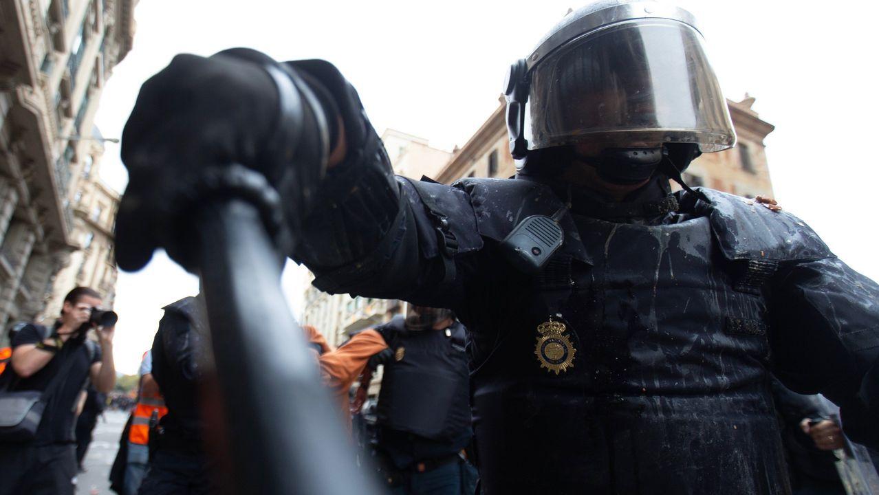 Antidisturbios en Via Laietana.Antidisturbios inmovilizan a un manifestante en Via Laietana