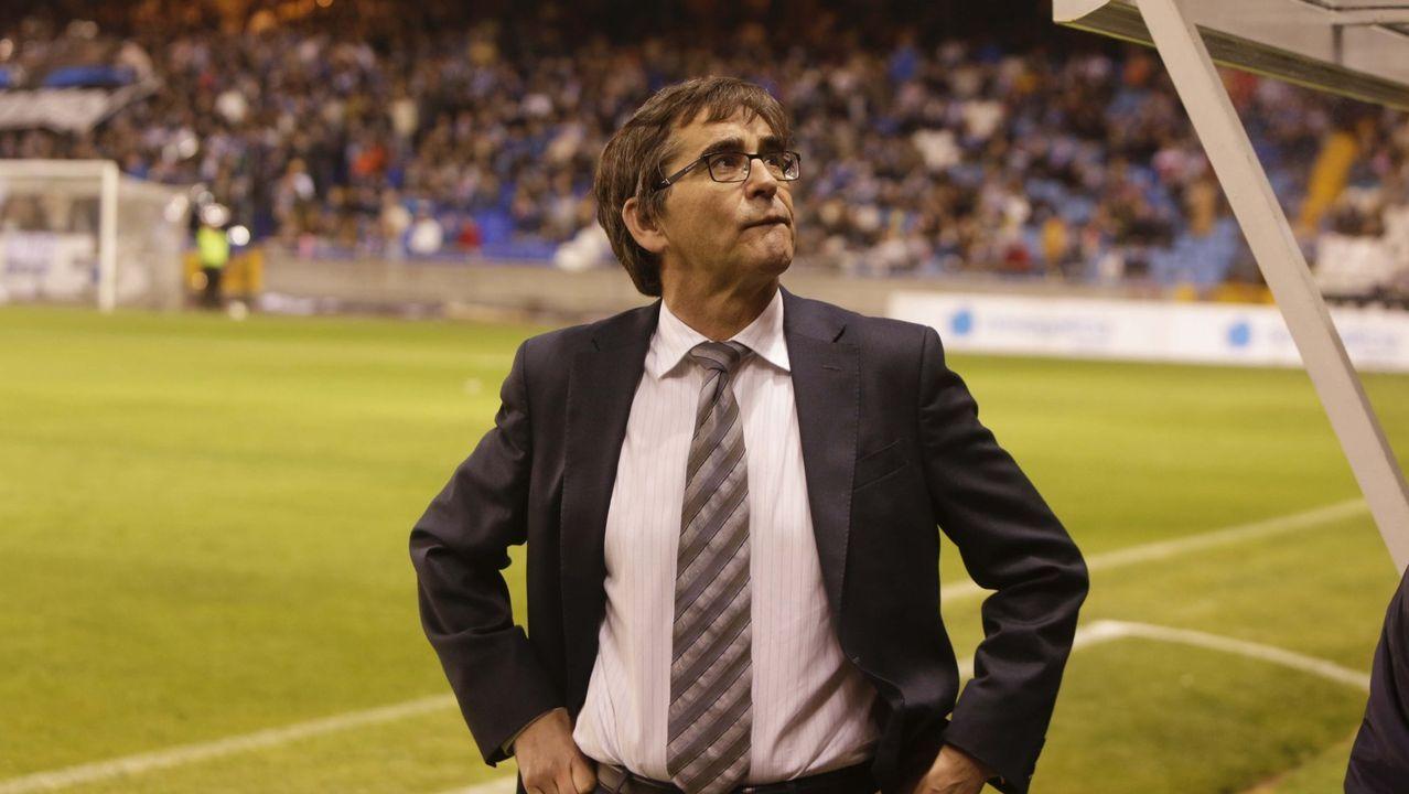 Presentación de Fernando Vázquez como nuevo técnico del Dépor.Mossa lucha por un esférico con Pombo