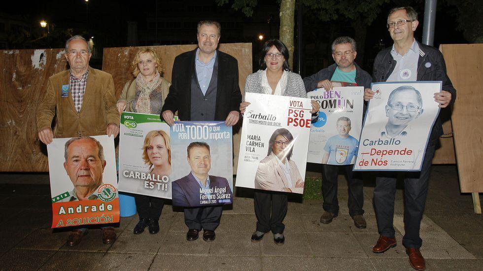 Los principales candidatos a la alcaldía de Carballo posan juntos con sus respectivos carteles