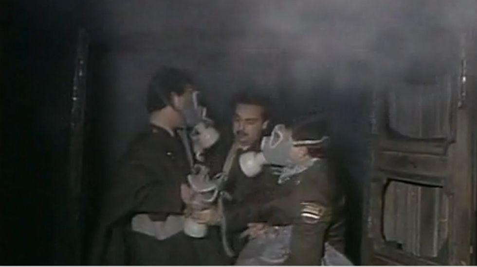 Treinta años del incendio en la discoteca Alcalá 20.La actriz, sentada, en el medio, rodeada por el público de una de las funciones de la obra Croquetas.