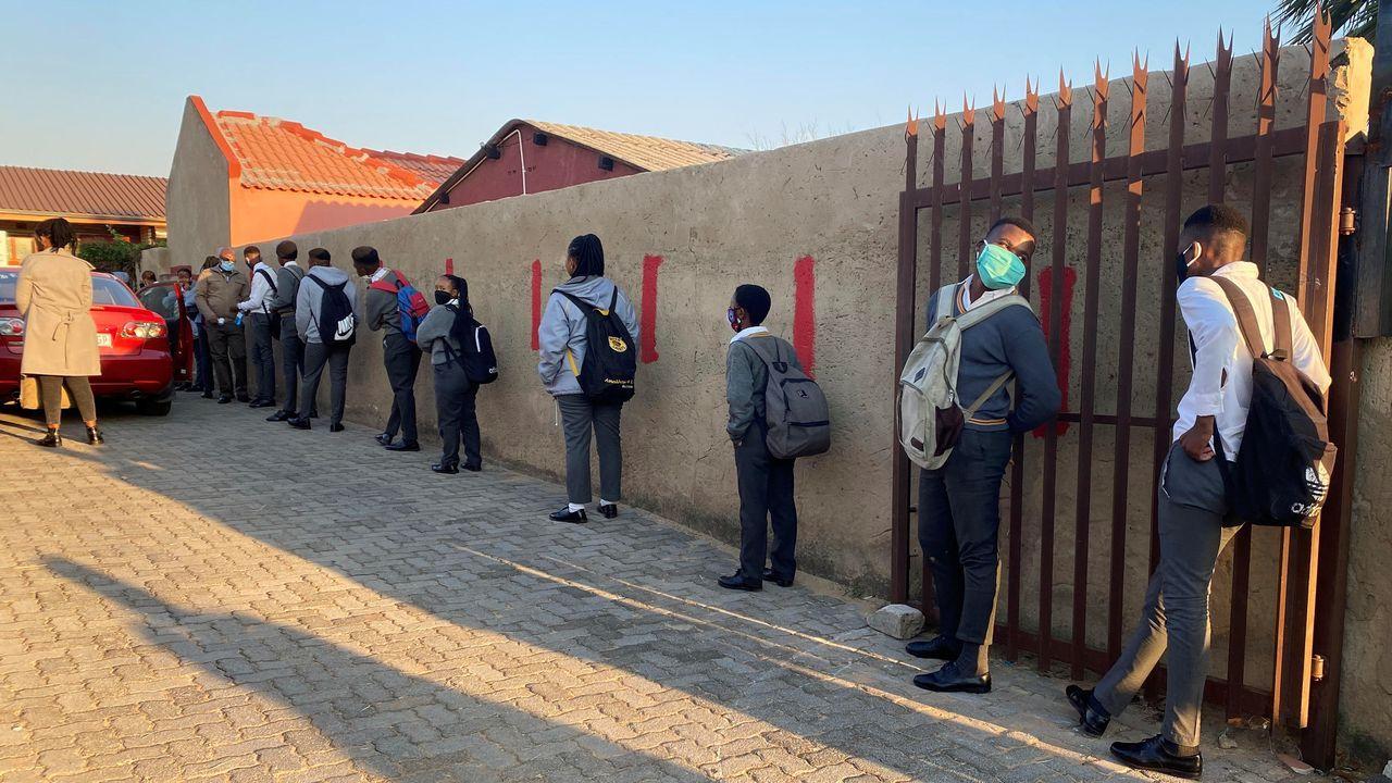 En Johannesburgo, Sudáfrica, los estudiantes mantienen la distancia social en el regreso a las aulas