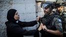 Una mujer palestina intenta frenar a un policía israelí cerca de la Puerta de Damasco.