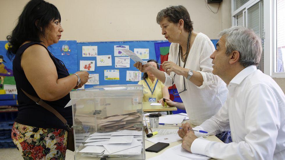 El responsable estatal de Economía de Ciudadanos, Luis Garicano, ejerce de vocal en una mesa electoral de un colegio de la localidad madrileña de Pozuelo de Alarcón.